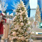 Umetna božična drevesa v prečudovitih barvnih odtenkih